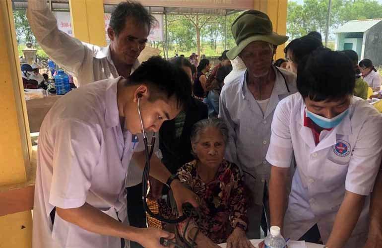 Khám và cấp phát thuốc cho hơn 500 người dân